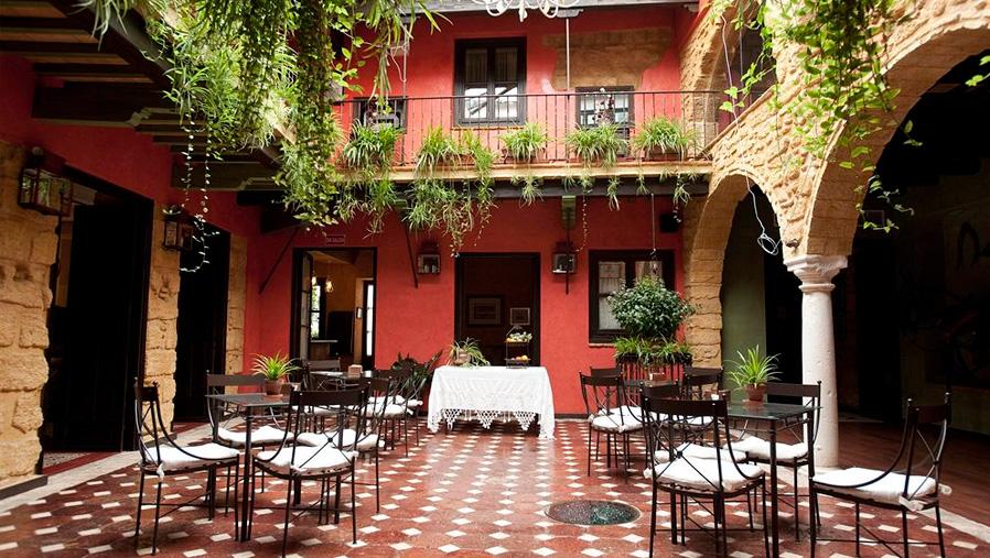 Detalle de patio interior. Arriba, segunda planta. La casona de Calderón. Sevilla. Diseño gráfico. Modo®WEB