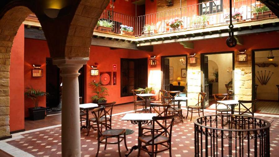 Detalle del patio central. La casona de Calderón. Sevilla. Diseño gráfico. Modo®WEB